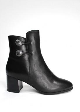 Botín negro de cremallera con botones de adorno en tobillo. Tacón 5 cm. Trisoles