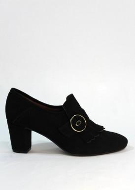 Zapato abotinado flecos y botón negro. Roldán