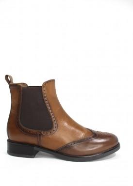 Botín marrón con elásticos laterales, modelo oxfor. Tacón bajo. Trisoles
