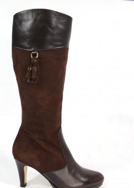 Bota caña alta  piel y ante con adorno borlas. Color marrón. Tacón  8 cm. Pasther