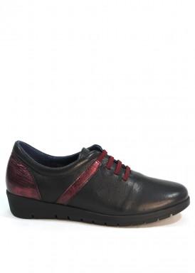 Zapato  piel  suave efecto guante de cordón elástico .Negro con cordón granate. Pasther.