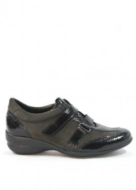 Zapato velcro charol y ante  negro. Cuña baja.  Carla Rosetti