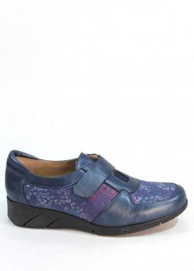 Zapato velcro de piel con licra grabada .Color azul metalizado. Piso goma. FAP