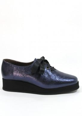 Zapato de piel  azul con  cordón  de raso  negro y piso negro de goma ligera. Roldán