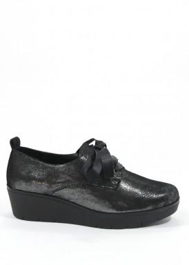 Zapato de piel  gris metalizado con  cordón  de raso  negro y piso negro de goma.Trisoles