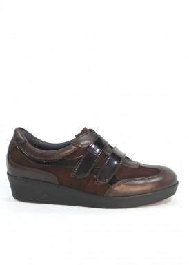 Zapato de piel, ante y charol con dos velcros, color marrón, piso plano de goma. Tolino