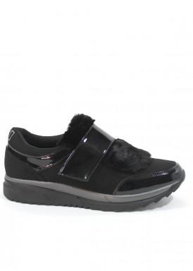 Zapato deportivo de antelina y charol,  velcro y solapa de pelo,Negro. B3D de XTI