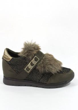 Zapato deportivo de antelina textil,  cordón  solapa de pelo y velcro. Cuña interior. kaki.  B3D de XTI