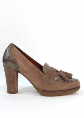 Zapato copete borlas de ante y charol, con tacón 8 cm. Color Taupe. Desireé