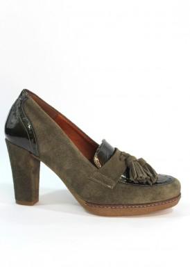 Zapato copete borlas de ante y charol, con tacón 8 cm. Color verde kaki. Desireé