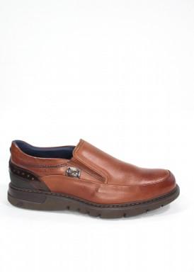 Zapato copete con gomas laterales, piso ligero, talonera grabada, marrón claro. Fluchos
