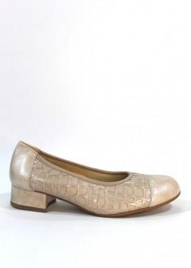 Zapato salón ancho especial. Charol grabado coco y puntera de piel. Tacón 2,5 cm. Roldán