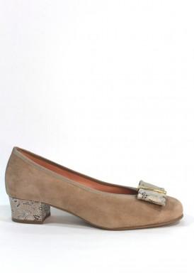 Zapato salón ancho especial. Ante beis taupe. Lazada piel estampada. Tacón 2,5 cm. Roldán