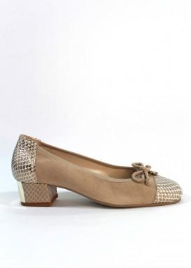 Zapato salón ancho especial ante y piel grabada .Beis. Chapa dorada en tacón.  Tacón 2,5 cm. Roldán