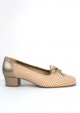 Zapato ancho especial piel troquelada. Beis arena. Tacón 2,5 cm. Roldán