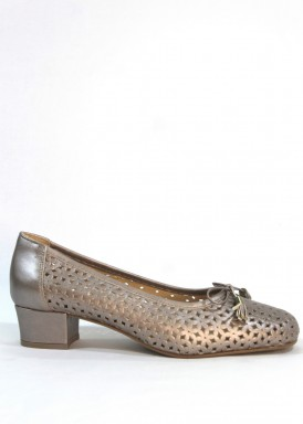 Zapato salón ancho especial piel troquelada .Taupe .Tacón 3 cm. Roldán
