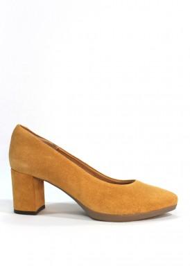 Zapato salón ante. Camel , tacón forrado 5 cm. Desireé