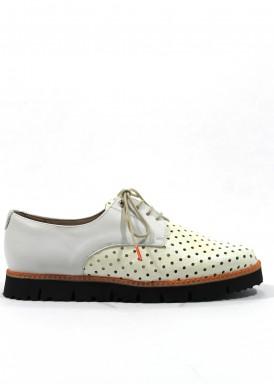 Zapato cordón de charol y piel de mujer en blanco con piso negro. ROLDÁN