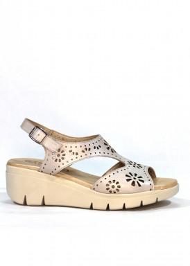 Sandalia  de piel suave color beis con plantilla de gel. Cuña media, blanca. FAP