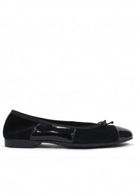 Zapato mujer de ante y charol, estilo francesita. Piso plano. Color negro. CARLA ROSETTI