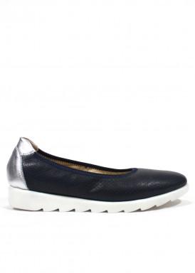 Zapato salón con piso sport flexible . Color marino-plata. BOLA 22