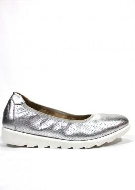 Zapato salón con piso sport flexible . Color plata-blanco. BOLA 22