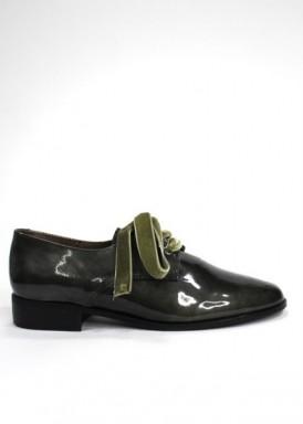 Zapato cordón charol plano. Verde kaki.  Lazo terciopelo de Roldán.