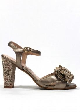 Sandalia fiesta de piel con estampado en tacón y flor empeine. Color bronce. FAP