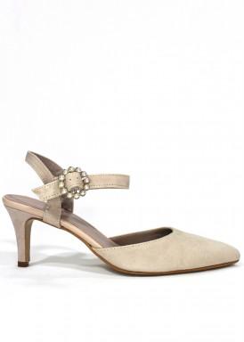Zapato de ante con pulsera, cerrado en punta. Color beis arena. ANA ROMÁN