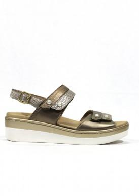 Sandalia de piel de velcro adaptable. Color beis -dorado. Ana Román