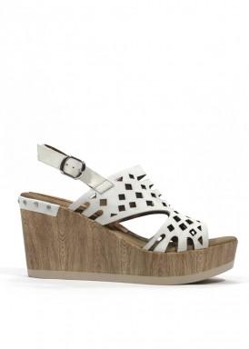 Sandalia de cuña alta  de piel. Color blanco roto. Dorking by Fluchos.