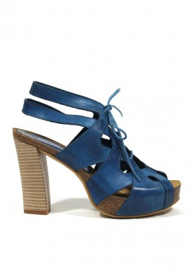 Sandalia de piel abotinada. Muy juvenil. Color azul jeams. ANA ROMÁN