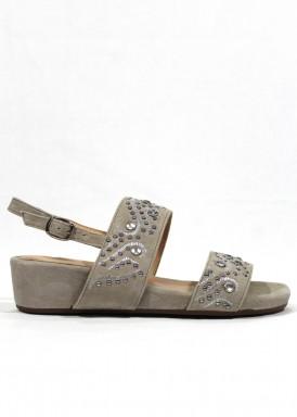 Sandalia de serraje y pedrería de  cuña baja. Color gris. Alma en Pena.