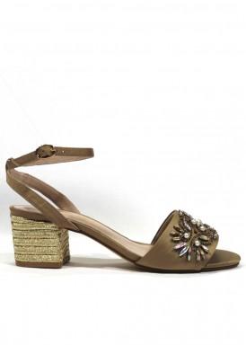 Sandalia de raso con pedrería, tacón de forrado de cuerda dorada. Alma en Pena