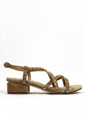 Sandalia tacón bajo de vestir, tiras cruzadas, color arena. Alma en Pena