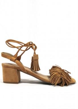 Sandalia de vestir de ante con flecos en empeine. Tacón 4 cm. Color Camel. ROLDÁN