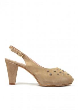 Zapato ante abierto atrás camel tachuelas. Bosettini