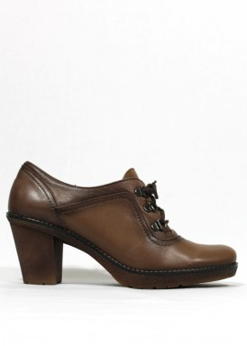 Zapato de cordón de piel. Tacón ancho 5 cm. Color Taupe. Tolino