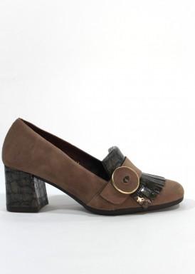 Zapato copete con flecos, adorno botón. Ante y charol grabado coco. Taupe. PASTHER