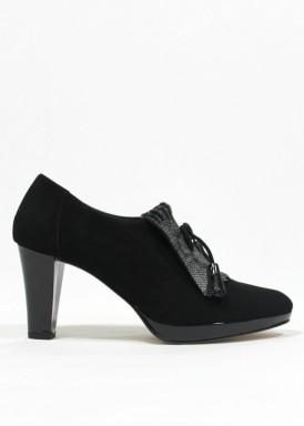 Zapato abotinado con lengueta de fleco y borlas. Negro. PASTHER