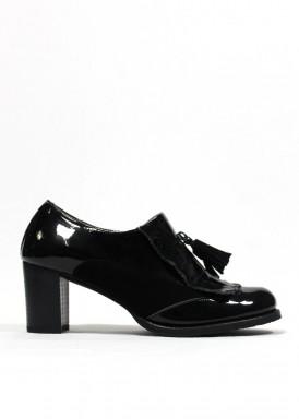 Zapato copete  de charol y ante, adorno fleco y borlas. Negro. TUBOLARI