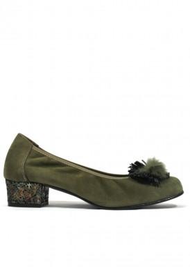 Zapato salón de ante, con adorno pompón plumas. Color verde musgo. ROLDÁN