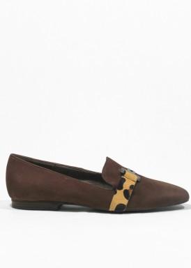 Zapato copete de ante marrón con adorno cadena. Ragazza de ROLDÁN.