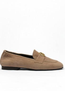 Zapato de ante en copete, color taupe. Piso bajo. ROLDÁN